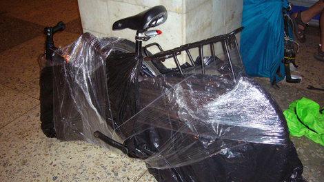 Так можно запаковать велосипед в пленку для продуктов