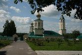Вид на зимние храмы и колокольню со стороны жилого комплекса монастыря.