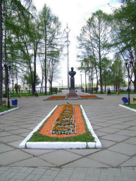 Рыбинск. Аллея Славы летом украшена всевозможными цветами