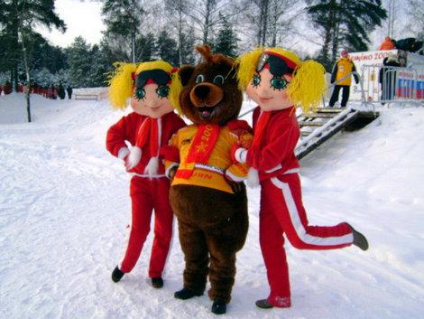 Мишка Дёмка и две блондинки — живой символ Центра лыжного спорта и отдыха