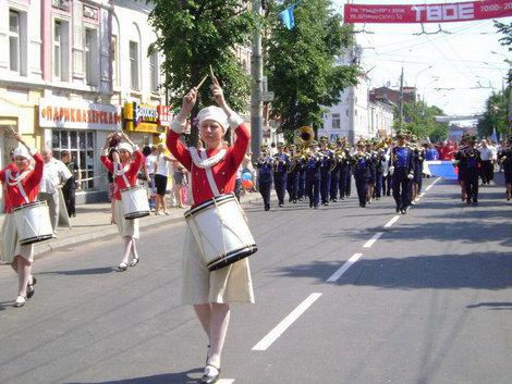 Рыбинск. День города. По главной улице с барабанным боем и муниципальным оркестром