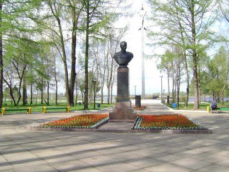 Рыбинск. Аллея Славы. Памятник дважды Герою Советского Союза, генералу армии П.И. Батову