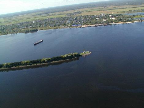 Рыбинск. На целый километр в Рыбинское водохранилище выдвинулась искуственная дамба, на мысу которой установлен в 1953 году памятник