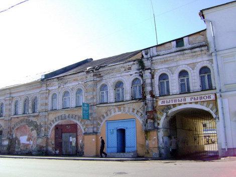Рыбинск. Мучной гостиный двор (ныне Мытный рынок). Заложен в 1794 году в соответствии с первым регулярным планом города, подготовленным в 1784 году губернским архитектором И.М.Левенгагеном
