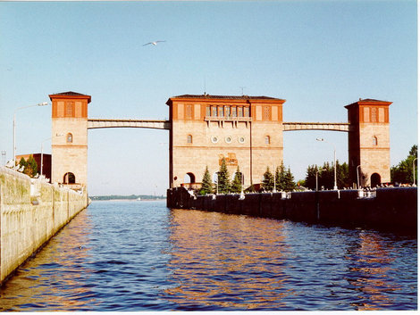 Рыбинск. Шлюз — морские ворота города. Его длина — 300 метров, ширина — 30 метров. На стене средней шлюзоой башни виден барельеф челна атамана Степана Разина.