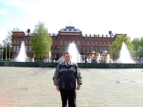 Рыбинск. Площадь им. П.Ф. Дерунова. За моей спиной коммерческое училище (ныне авиационный колледж), построенное в 1905 году, и лучшие в городе фонтаны