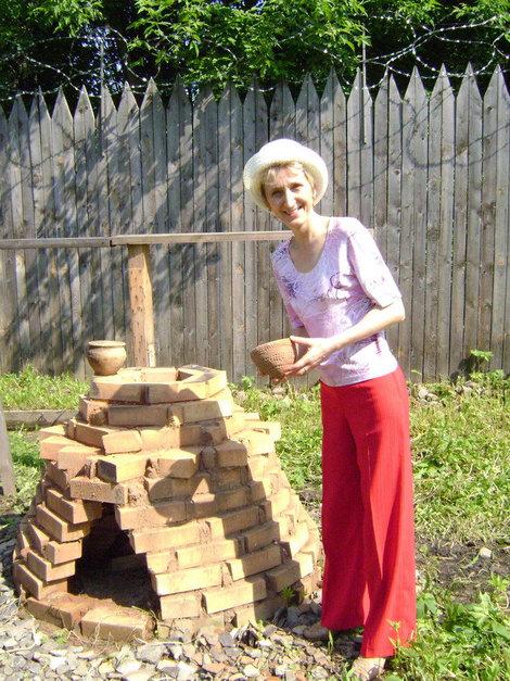 Усть-Шексна. Марина освоивает навыки гончарного производства наших предков — славян