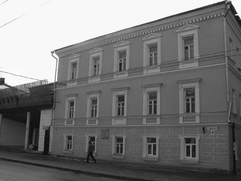 Здание бывшего Высшего начального училища, где учился А.С. Щербаков, имя которого носил город в 1946 — 1957 гг.