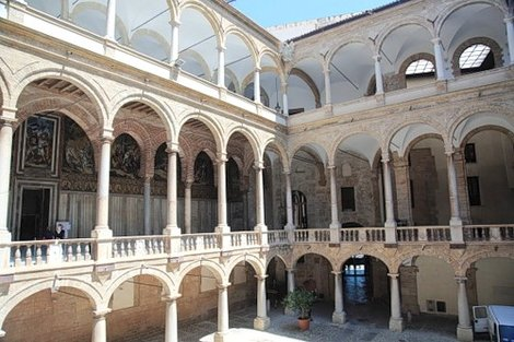 Внутренний двор Палаццо Реале