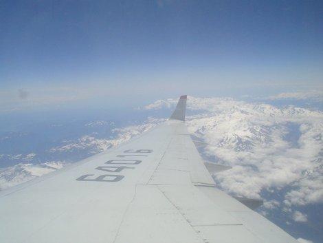 Под крылом самолета о чем-то молчат... Альпы
