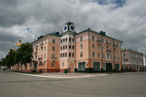 В 60-70-е годы Советская площадь подверглась капитальной реконструкции. Тогда снесли все дома дореволюционной постройки по северной стороне. Дом с часами, построенный в 60-х годах.