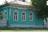 Таких деревянных домиков с ажурной, витиеватой резьбой рядом с Пушкинским парком раньше было много. Сейчас этот район активно застраивается.