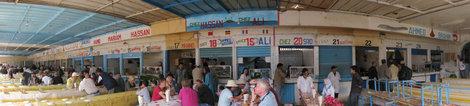 рыбный рынок с ресторанами и столами.со всякими палатками(которые называются-рестораны у них) работают мошенники но особенно с 19 20 21 и 22..номера видно на фото если его откроете целиком.