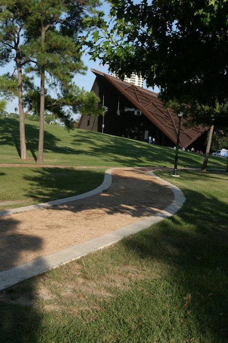 фото  Вокруг театра красивая парковая зона.
