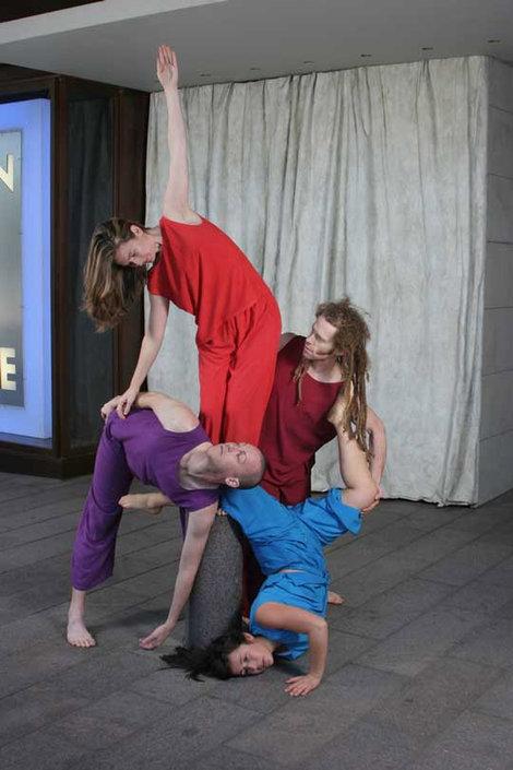 фото  На сцене акробаты.