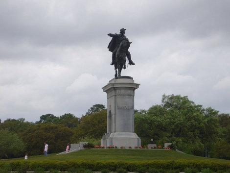 фото   Памятник Сему Хьюстону в Германн парке,   а театр рядом.