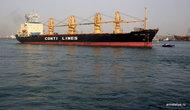 Порт-Саид. Сухогруз, вошедший в Суэцкий канал
