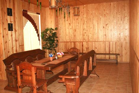 фото Зал для отдыха со столом и скамейками, там же телевизор и караоке.