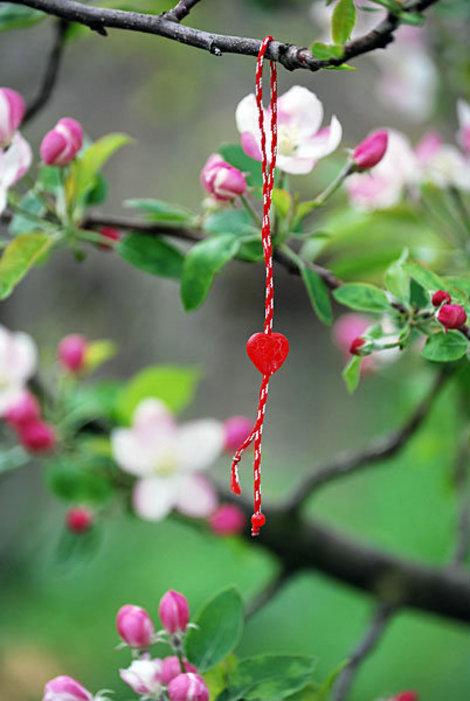 Весной деревья в Болгарии украшают переплетенные ниточки — мартяницы