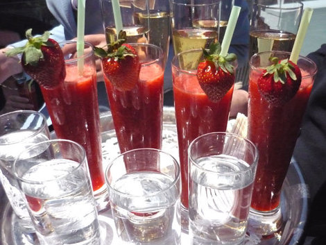 Шампанское со свежей клубникой — настоящий греческий прием!