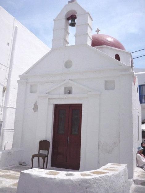 Скромная белая церковь — почти на каждой из улочек Хоры