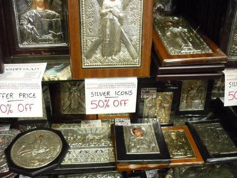 Распродажа серебряных икон в одном из магазинов Хоры