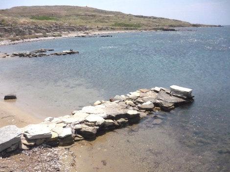 Старинные причалы в порту острова Делос