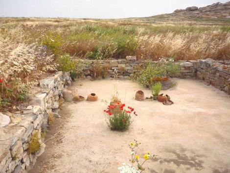 В мае Делос украшен яркими цветами