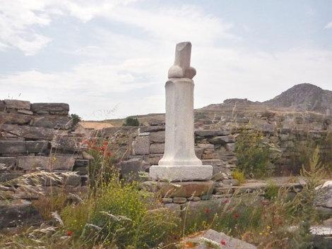 Скульптура у храма Диониса, Делос