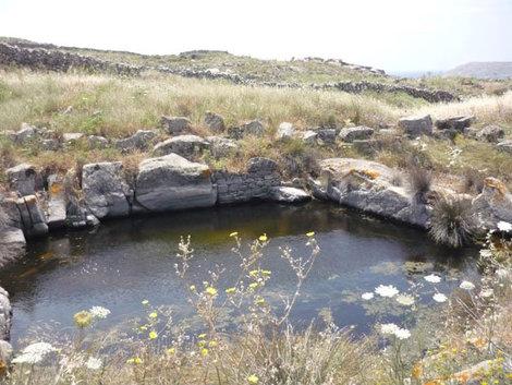 Озеро у роскошного античного особняка, Делос