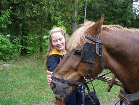 12.  и Анна и лошадь довольны друг другом