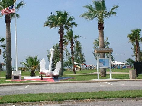Кима- городок не только развлечений, но и моряков.