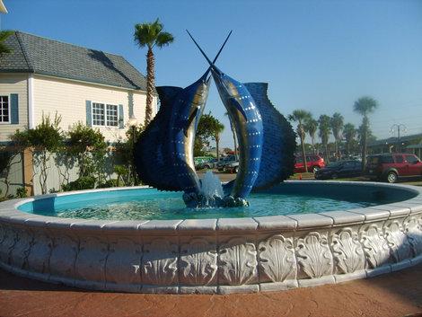 Рыбы-меч у морского аквариума.