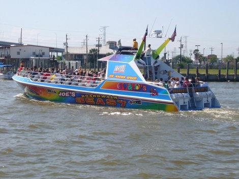 А это прогулочный кораблик, все желающие могут в течение часа покататься, выйти в залив.