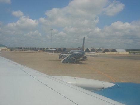 Все аэродромы Вьетнама — бывшие американские авиабазы (за исключ-ем Севера, там были наши базы).  Это аэропорт гор. Дананг. Видны укрытия для самолетов, которые используются сейчас вьетнамскими ВВС