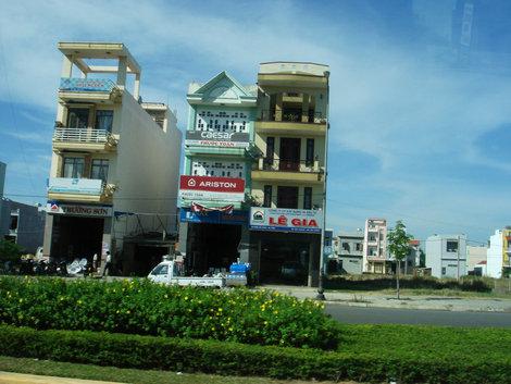 Для постройки дома у государства выкупается участок 5 на 20 м, поэтому такая архитектура. Этажей можно строить на сколько хватит денег. Если хочешь дом шире — выкупай еще один участок.