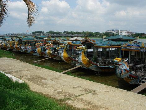 На таких лодках возят туристов по р. Дананг. Кстати, лодка служит домом семье ее владельца. В ней спят, едят, стирают, торгуют.