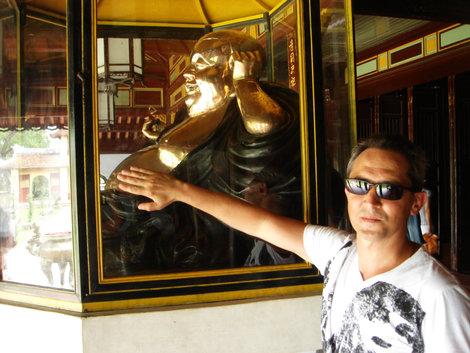 Веселый золотой Будда. Говорят, если погладить его живот, станешь таким же веселым и счастливым