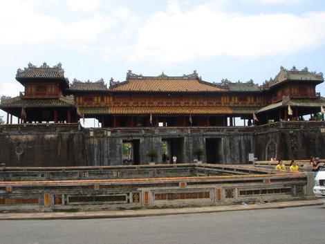 Вход в императорский дворец. Перед стеной, под мостиком проходит ров метров 5-7 шириной
