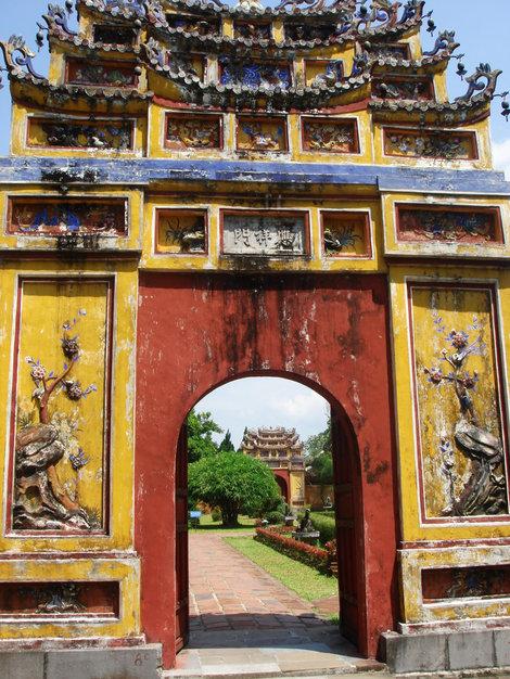 Парк императорского дворца разбит на участки, отгороженные стенами и, соответственно, с воротами
