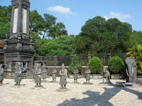 Площадка перед усыпальницей императора. В последний путь его должны были сопровождать ремесленники, крестьяне, воины, чиновники, транспорт (хорошо, что каменные)