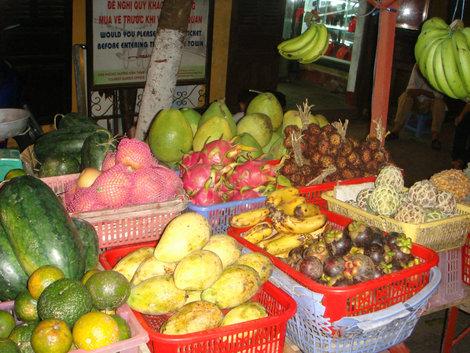 А все арбузы во Вьетнаме вот такие длинные, как дыня-торпеда