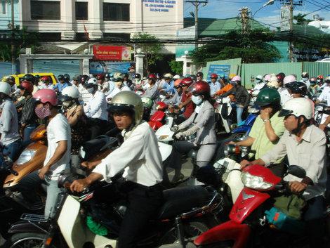 Раннее вьетнамское утро..., а мы на работу. Местные дамы используют повязки не от свинного гриппа, а чтобы лицо не загорало — очень ценится белая, точнее незагоревшая кожа.