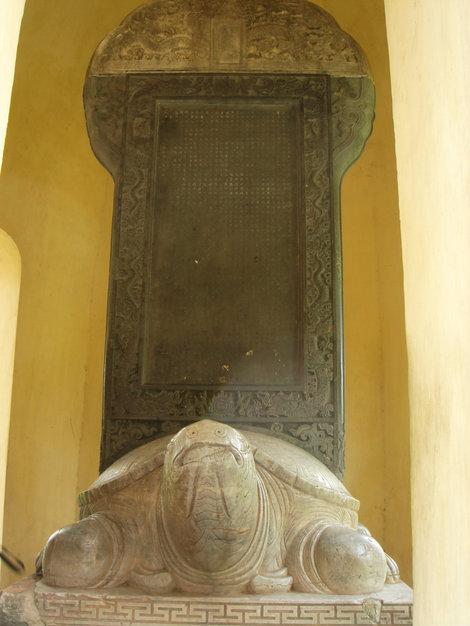 Над черепахой плита с древневьетнамскими иероглифами. Потом французы переучили на латиницу