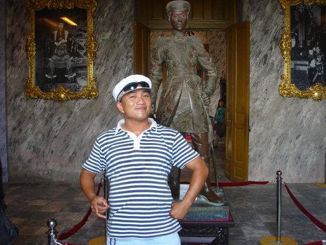 Наш гид Нам. Попросил сфотографировать его на фоне последнего императора. В такой кепке они как братья