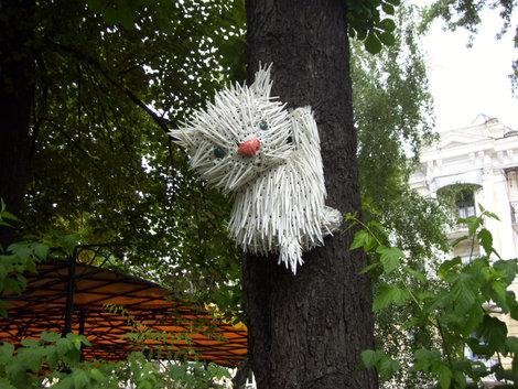 Этот кот из пластмасовых вилок сидит на дереве уличного кафе у Золотых ворот
