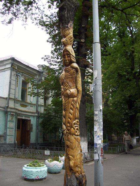 Эта скульптура — часть обгоревшего дерева
