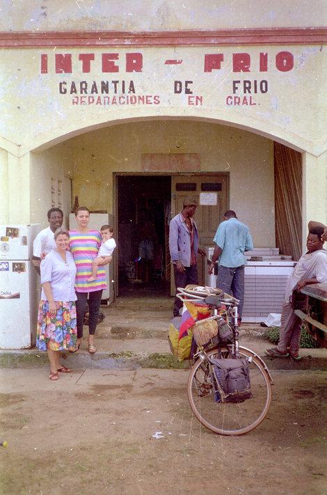Та самая женщина с детьми и мужем около его мастерской по ремонту холодильников