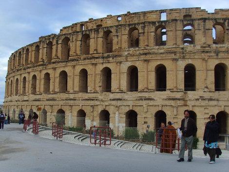 amfiteatr el jem postroin 3ii vek nashei eri na 30OOO zritelei , tshitaetssa samii lytshii soxranivshi v mire