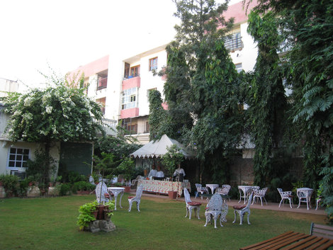 Джайпурский отель «Madhuban». Завтрак на траве